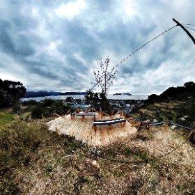 アート展で設置されたウッドデッキ「天空の海床」に初めて登りました。撤去予定で始まったけど、このまま残してほしいなぁ。