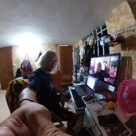 明日(日を跨いで今日)25日土曜日日本時間20時より、「ファンキーはんと大村はん配信ライブ2」 パソコンを2台使い、一台はヤマハのNETDUETTOで大阪の大村はんと音データを繋ぎ、そこからライン出力でもう一台のパソコンのズームにインターフェイスに入力!! インターフェイスは北京のを持って来てくっくま孤児院に預けてたからいいけど、ここカンボジアでマイクとかマイクスタンドとかケーブルとか手に入れるの大変だったのよ〜