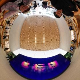 本日オープン「アップル福岡」大きなビデオウォール前にて #theta360