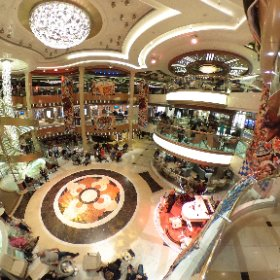 Piazza Central del crucero Princess Regal. Es la zona de bares y cafés #PrincessATB