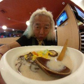 海南島を離れて本土は福建省に移動〜さすがに飛行機です(笑) 空港にはLaoWuの好きなケンタはなく、日本では無名アジアでは最大の熊本ラーメンチェーン味千ラーメン!! 気のせいか日増しに味が中国化しておる(>_<) 濃厚豚骨という割には薄い(>_<) 胡椒は置いてなくラー油と黒酢を入れるともうこれは日本の味ではない(>_<) しゃーないなぁ〜・・・でもお湯に海苔と干し海老だけ入れた麺よりは全然いい・・・