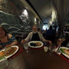 En ce jour de fête (la mienne) je remercie tous ceux qui m'ont envoyé des vœux d'anniversaire. J'ai dîné avec mon épouse, mes deux sœurs et un beau-frère dans ce restaurant «Asiatique Fusion» ... alors à tous, je vous dis Kampaï.