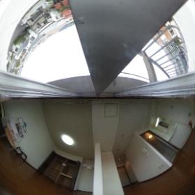 アザレア43のお部屋を全球体広角カメラで撮りました。平面の画像より、イメージ沸きませんか?
