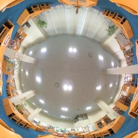 図書館本館1階閲覧室です。3つの閲覧ゾーンと書架が配置され、約50台設置されているPCで情報検索もできます。