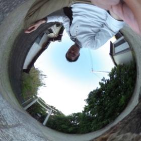 神奈川県のとある神社。やたら人懐こい猫がいたので、一緒に記念撮影。  photo : 360度カメラ研究会(http://camera-360do.com/) by ほーりー
