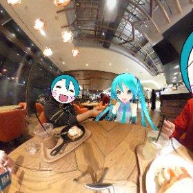 今日は私がミクさんにフレンチトーストを「あ〜んっ♪」 …するふりして食べちゃった(*´艸`*)プププ #miku360 #ミクさんぽ #theta360