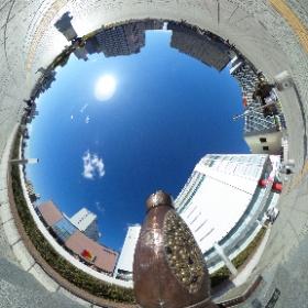 水戸駅南口ペデストリアンデッキにある納豆記念碑の前での撮影です。