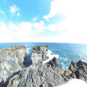 午前中は土砂降りの雨だったけど午後から奇跡的な晴れ。城ヶ崎海岸にてthetaで撮影。青い海を見るとシュノーケリングしたくなる。 #theta360