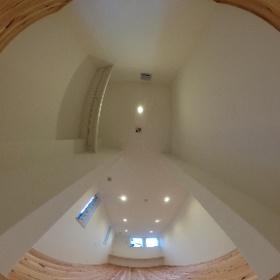 ナチュレ警弥郷 外断熱の家2号地 洋室1 洋室のウォーキングクローゼットからの画像 多目的に使えるカウンターのある洋室 洋室の広さは9畳でウォーキングクローゼットが2畳 杉の無垢床が安らぎを与えてくれる
