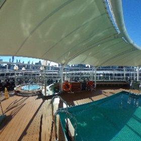 Piscine et jacuzzi sur le paquebot MSC Divina en classe Yacht Club