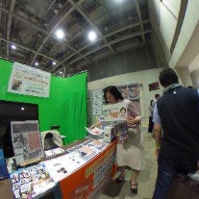 【5000人セミナー 西澤さんと聡子さん】 5000人セミナー会場のブースにて 働く西澤さんと聡子さん💕 そして、通りすがりの大蔵さん❤️ #theta360
