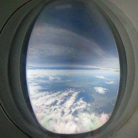 飛行機の窓小さすぎ!360度意味ねー。 #theta360