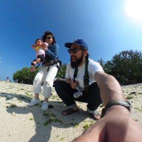 竹富島での1枚。カメラ上に掲げて撮りがちだけど、下からのアングルも良いなー。いち子が初めての砂浜と海水でギャン泣きのシーン。、