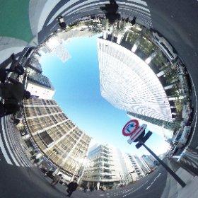 東京駅八重洲南~八重洲ブックセンター  八重洲南口「グランルーフ」を背にすると、最初の目印「八重洲ブックセンター」が。右手にみながら直進。