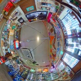 恵比寿の角打ちリカーストア「JOLLYS」の360度パノラマ画像。  小売価格で、50種類以上のクラフトビールが飲めて、つまみもたくさん。 スタンディングで、50人くらいはいれます。  一杯サクッと飲むのが気軽にできるのがいいですね。  https://www.jollys.jp/