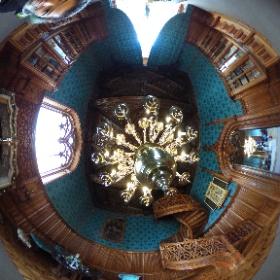 チェコのレドニツェ城の暖炉のある部屋。木製のらせん階段は珍しく、手すりの彫刻が見事。 #theta360