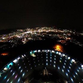 【稲佐山からの全天球夜景】 長崎県長崎市の稲佐山展望台から撮影しました。画像をクリックしてお楽しみください。稲佐山からの夜景を好きな方向でご覧頂くことがでくます。長崎の夜景は香港。長崎の夜景は香港、モナコと並び世界新三大夜景に選ばれています。世界新三大夜景は、平成24年1月5日、(一社)夜景観光コンベンション・ビューロー主催の「夜景サミット2012 in 長崎」において認定されました。 #theta360