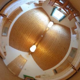 Unter dem Spitzdach befindet sich noch ein weiterer von insgesamt drei Schlafräumen. Die Ferienhäuser verfügen über zwei separate Eingänge, zwei Bäder und eine Teeküche. #theta360 #theta360de