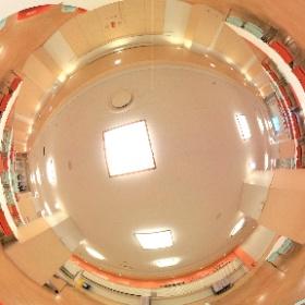 高校食堂です。176席あり、日替わりランチや人気の唐揚丼など豊富なメニューを楽しめます。