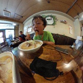 支那そば やっちゃんち。 喜多方ラーメンで、味噌ラーメンを食べました。スープのベースはゲンコツらしいですが、福岡豚骨ラーメンと違って、白濁しないようにしてスープをとるそうです。#喜多方ラーメン #やっちゃんち #m味噌ラーメン #支那そば #theta360