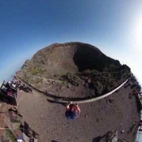 Hoy subida al Vesubio, 300m de desnivel con una hora y cuarto para subir hacer la visita y bajar al bus. Esta es la foto del cráter desde el punto más alto del recorrido. #napoles #vesubio #pullmantur #sovereing  #theta360