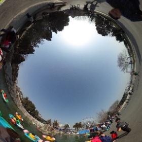 大連星海公園の噴水広場?で、子供用ボートで遊んでる…之図 #theta360