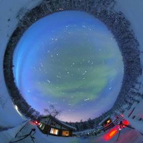 夜の雰囲気も残す時点の静止画(薄明かりの中オーロラの光と共に星の光跡が残っています) #theta360