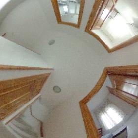 Distribuidor de la primera planta. Se pueden ver dos habitaciones con balcón y armarios empotrados, el baño completo, un armario empotrado y las escaleras que comunican con la buhardilla.