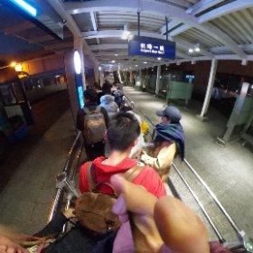 上海浦東は成田みたいなもんなので、虹橋列車駅まで行くにはタクシーはべらぼうに高いし空港バスにしてみたら0度の寒空の下延々待たされる(>_<) 地下鉄の方がよかったか?・・・ちなみにカンボジアは今31度(涙)