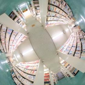 図書館本館2階の書庫です。約18万冊の蔵書からお目当ての本を探すことができます。