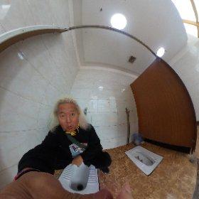 久しぶりのニーハオトイレ!(◎_◎;) 見れば2つの個室をぶち抜いて、そのドアも取り外したようだ・・・ そうまでしてニーハオにしたいのかっ!!(笑)