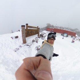 頂上に天空の足湯がありましたが、雪で埋まってます #theta360