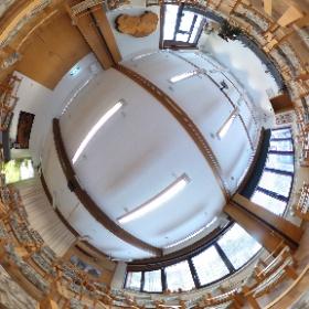 Hell, freundlich und mit moderner Medientechnik ausgestattet - so präsentiert sich der Seminarraum in der Herberge des Naturschutzzentrum Erzgebirge. Der Raum bietet Platz für bis zu 70 Personen. #theta360 #theta360de