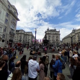 Piccadilly Circus à Londres, avec au milieu sur la fontaine, la statue d'Eros