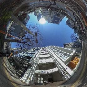 桜通り沿いで南向きのビル。エレベーターを挟み北側と南側の部屋に分かれている為、隣りのテナントが気にならない間取りです。 #名古屋賃貸物件 #高岳駅賃貸物件 #東区泉賃貸物件