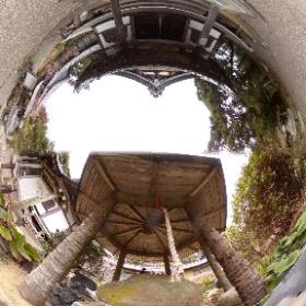 掛川市と島田市の間には東海道の難所の「小夜の中山」という峠があり、その頂上には久延寺があります。この360度写真は、久延寺の本堂の180度写真と境内にある「夜泣き石」の180度写真を一枚の360度写真にまとめました。  ちなみに夜泣き石は国道1号線沿いの公園にもあり、こちらが本来の夜泣き石だそうです。元々は久延寺にあったのですが、東京に持ち出した後久延寺に戻すのが困難になりやむなく今の場所に設置したそうです。(久延寺の夜泣き石は、峠近くにあった本物の夜泣き石に似た石を持ってきたそうです) #theta360